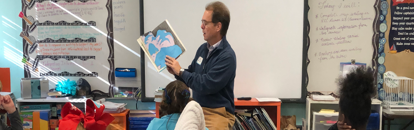 Mayor Hewes reading to students.